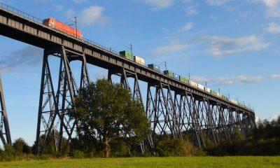 Güterzug auf der Eisenbahnhochbrücke