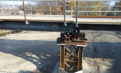Lagerung der Hilfsbrücken auf höhenverstellbaren Punkt-Kipp-Gleitlagern