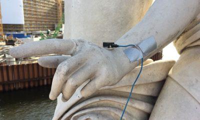 Beschleunigungssensor an der Hand der Marmorfigur