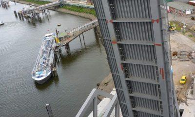 Blick vom Pylon der Hubbrücke auf die Klappbrücke
