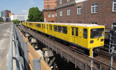 U-Bahn-Zug überquert die Brücke