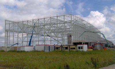 Stahlbaumontage Hangar und Betonfertigteilmontage Bürogebäude