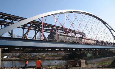 Schwerer Güterzug - im Hintergrund die alte Brücke