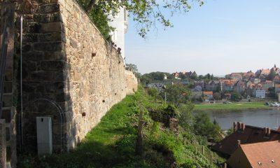 Stützmauer unter historischem Rundweg