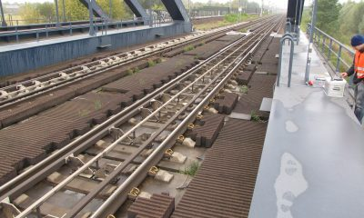 Feste Fahrbahn auf der Brücke