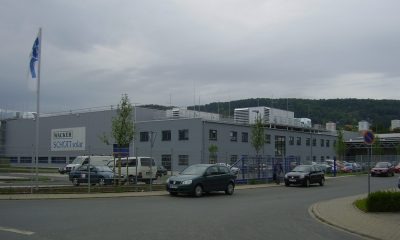 Halle mit Bürogebäude