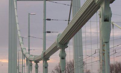 Fahrbahn und Pylone