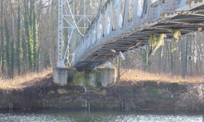 Brücke nach dem Hochwasser mit Uferabriss am Widerlager